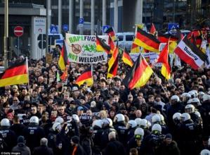 fuente: dailymail.co.uk |  Marchas y protestas en Colonia, Alemania (finales de 2016) contra los ataques sexuales cometidos por grupos de inmigrantes con un perfil conflictivo.