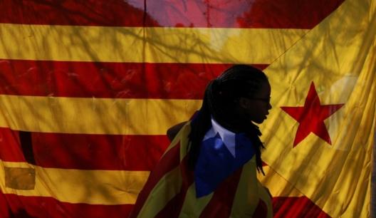 Una mujer envuelta en una estelada en Barcelona el 24.09.2017. Fuente: Susana Vera, Reuters.