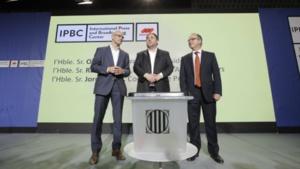 De izquierda a derecha, el Consejero de Asuntos Exteriores, Raül Romeva; el Vicepresidente del Govern, Oriol Junqueras y el Consejero de Presidencia, Jordi Turull, junto a una urna del referéndum. Fuente: Carles Ribas, Quality.