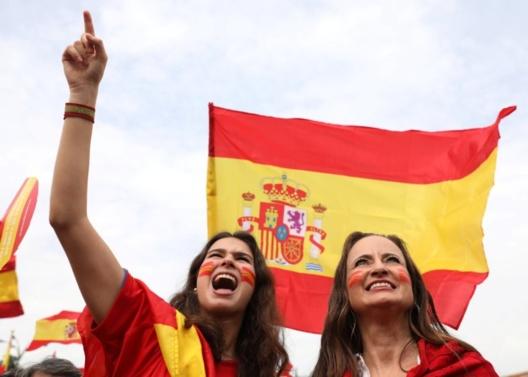 Manifestantes con banderas españolas durante una concentración en Madrid el 29.09.2017. Fuente: Sergio Pérez, Reuters.