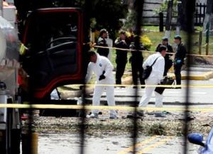 Personal del CTI trabaja en el lugar donde el coche bomba causó la explosión en Bogotá. Fuente: EFE