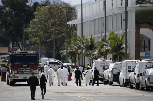 Miembros de las fuerzas de seguridad y personal de rescate trabajan en el lugar de la explosión en una escuela de entrenamiento de cadetes de la policía en Bogotá el 17.01.2019. Fuente: Juan Barreto/AFP/Getty Images
