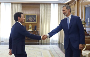 King Felipe VI greets Ciudadanos' leader Mr Albert Rivera. Source: Andrés Ballesteros (EFE)