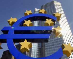 Banco Central Europeo (símbolo del euro con las 12 estrellas de la bandera de la UE, cerca de la 'Eurotower')