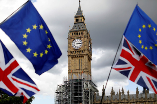Banderas británicas y de la UE enmarcando el célebre Big Ben, actualmente en rehabilitación. Fuente: REUTERS/Tolga Akmen