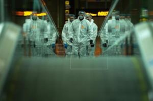El Ejército desinfecta el aeropuerto y el puerto de Barcelona. Fuente: EFE