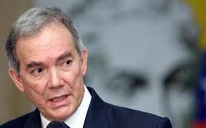 Roy Chaderton, Embajador venezolano ante la OEA, como acompañante