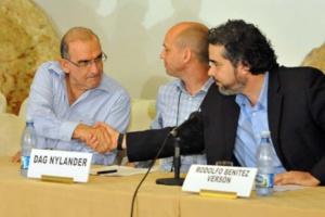 Representantes de los países acompañantes (Cuba y Noruega) junto a Humberto de la Calle, jefe negociador del Gobierno. EFE