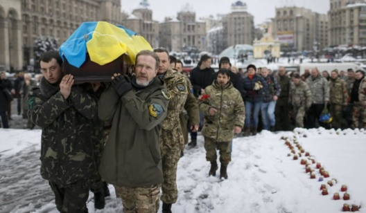 Servicemen carry the coffin of Sergiy Nikonenko, who was killed in the fighting in the Luhansk region in eastern Ukraine, at Independence Square in central Kiev.