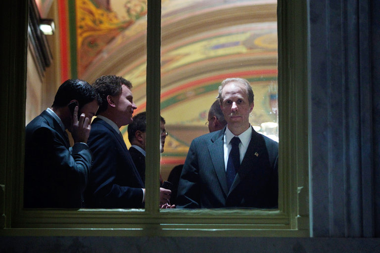 Stephen A. FEINBERG, a la derecha, fundador de Cerberus Capital Management, en el Capitolio en diciembre de 2008. Fuente: the New York Times.